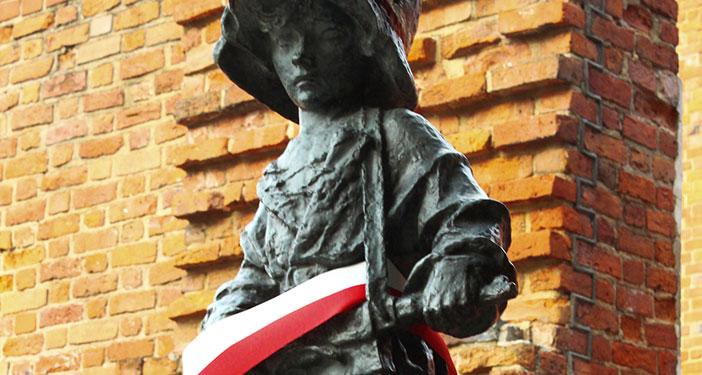 פסל המורד הקטן, דמות הילד מסמלת את כל הילדים שאיבדו את חייהם במהלך מרד ורשה (Elroy Serrao)