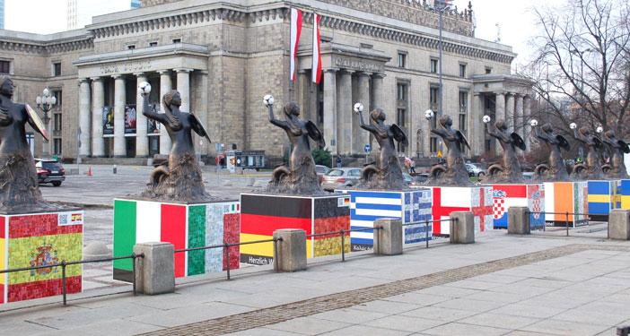 במסגרת משחקי היורו, 2012. יצרו המארגנים פסלי בתולות שכל אחת נושאת את דגל המדינה המתחרה (Wistula)