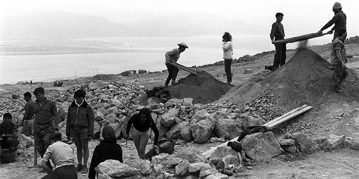 """מתנדבים מישראל והעולם משתתפים בחפירה בראש מצדה. ניתן לראות את ים המלח ברקע.  (לע""""מ/Fritz Cohen)"""