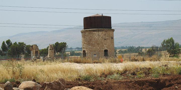 מגדל המים למילוי הקטרים בתחנת הרכבת החיג'אזית בבית שאן (צילומים: ידין רומן)